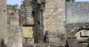 pont-labbe-des-tags-sur-les-murs-de-leglise-de-lambour