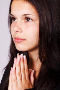 fille en prière