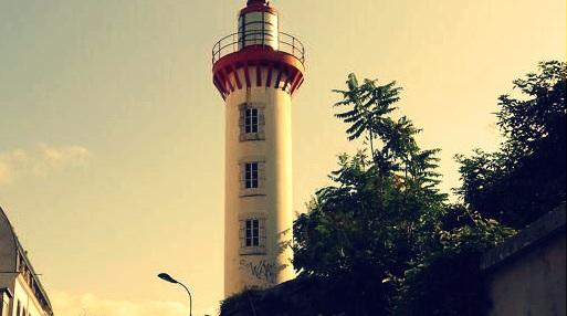 ils ont détruit le phare de Paris