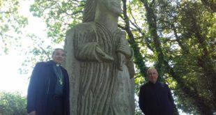 Mgr Dognin au côté de Santig Du avec le Père Alain Guellec