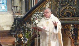 Le père Yannik Bonnet à l'église de Carnac (photo privée Ar Gedour)