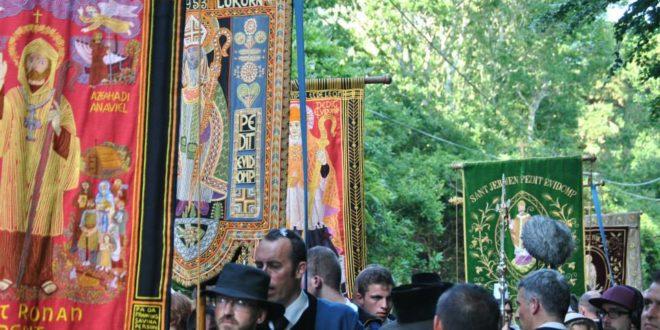 La troménie de Locronan rassemble des milliers de pèlerins (reportage TF1)