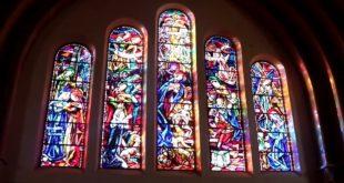 De la crèche au crucifiement : ouvrez les vitraux !